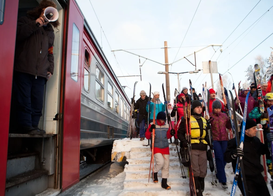 В пригородных тверских поездах разрешили бесплатно возить лыжи