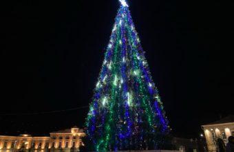 Дед Мороз забрался в автовышку, чтобы нарядить елку в Тверской области