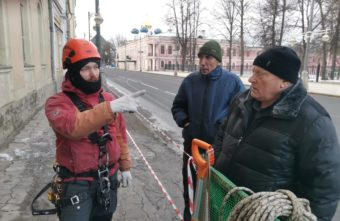 Кровлю Дома офицеров в Твери очистили от снега и наледи