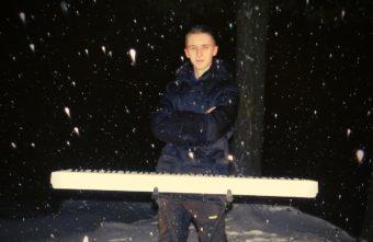 Свет фар помог пианисту записать новогоднее поздравление жителям Тверской области