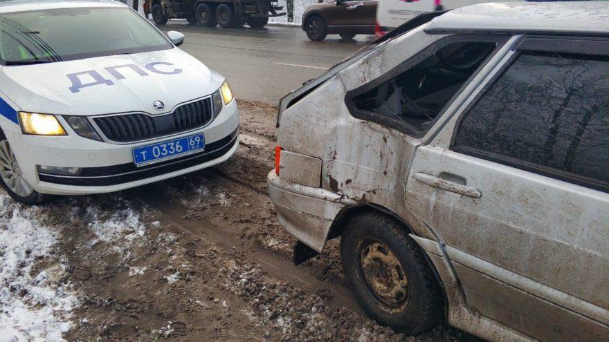 Водитель ВАЗа повредил голову на Московском шоссе в Твери