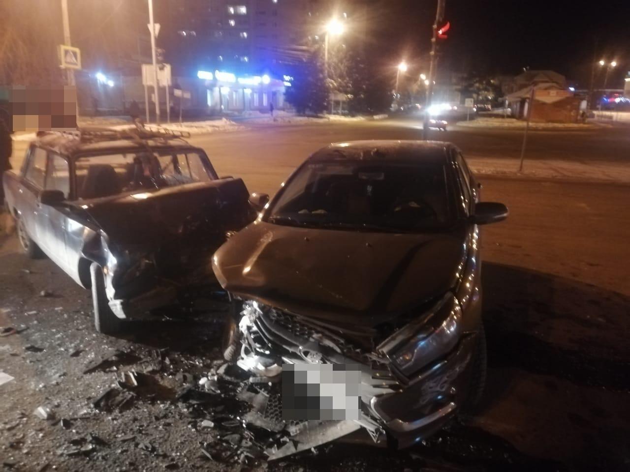 Два отечественных автомобиля не поделили перекрёсток в Тверской области