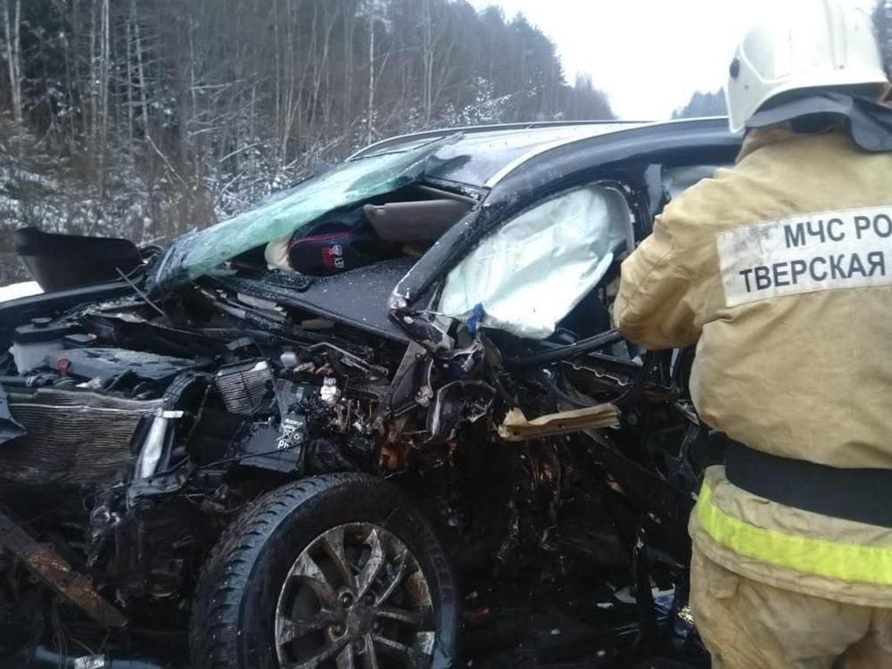 На месте гибели ярославского чиновника в Тверской области устанавливают причину аварии