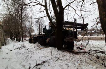 Водитель врезался в дерево и лишился уха в Тверской области