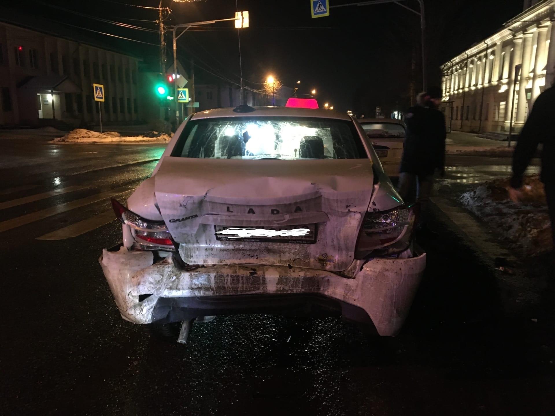Ночью пьяный водитель врезался в такси в Тверской области