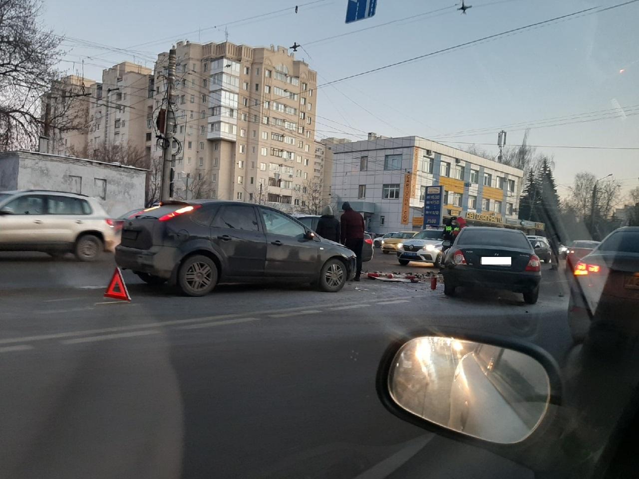 Утром в Твери столкнулись сразу 5 машин
