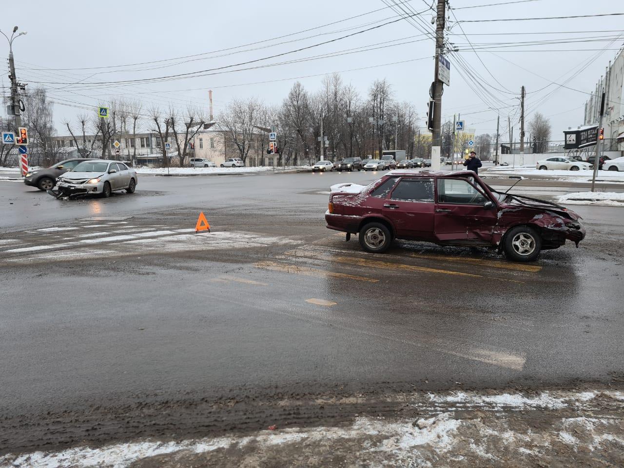 Иномарка и ВАЗ не поделили перекрёсток в Твери