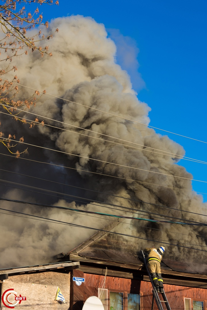 В Тверской области загорелся дом с хлебным павильоном