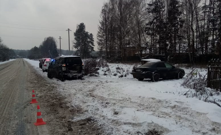 Трезвый водитель врезался в припаркованный автомобиль в деревне под Тверью