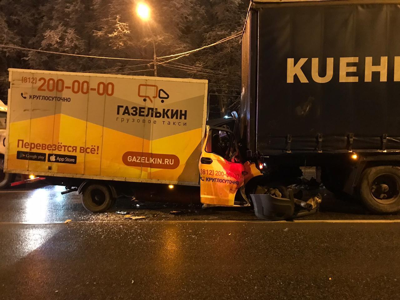 На трассе в Тверской области грузовое такси врезалось в фуру