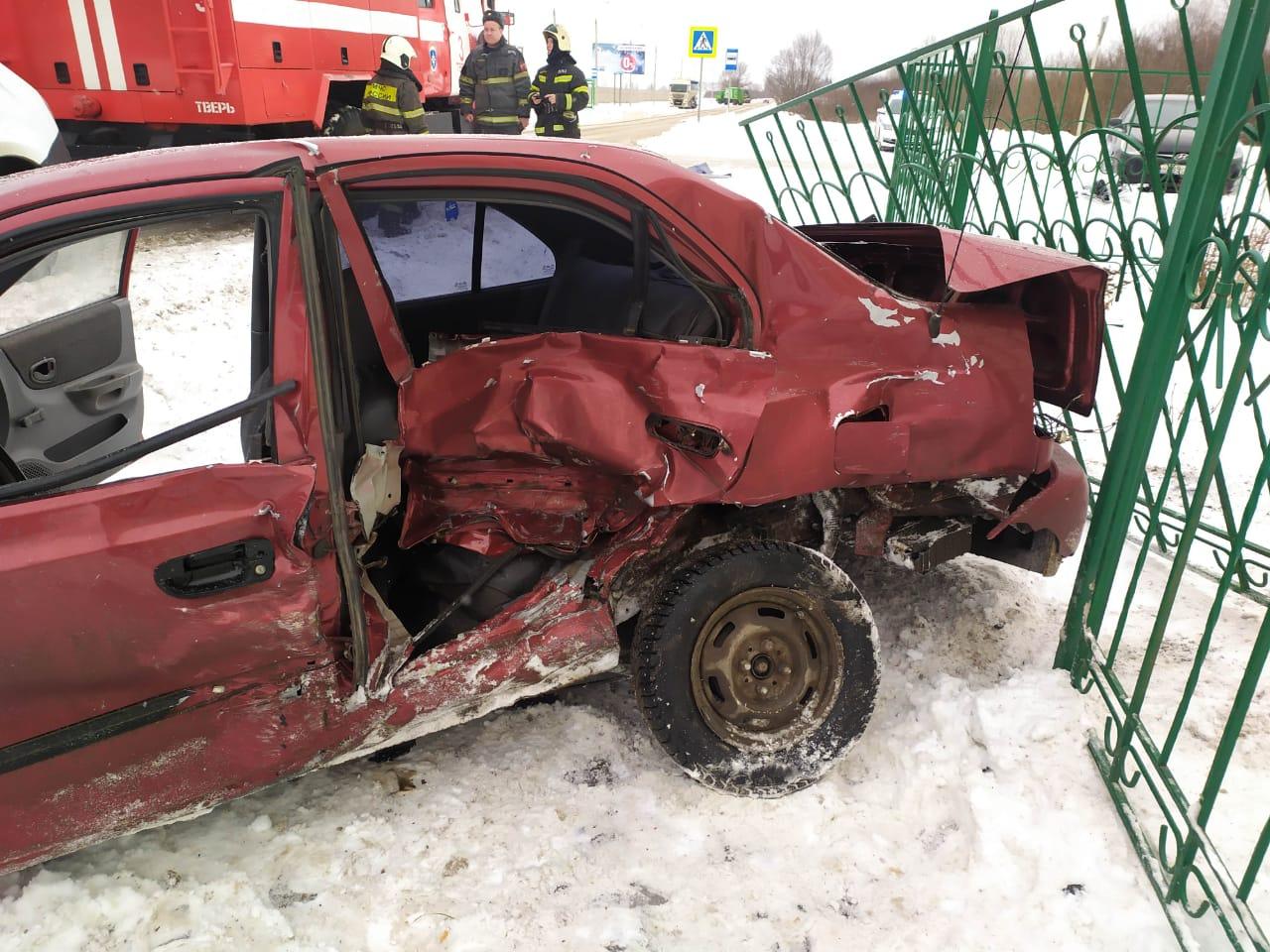 В Твери в ДТП пострадали люди, машины и забор