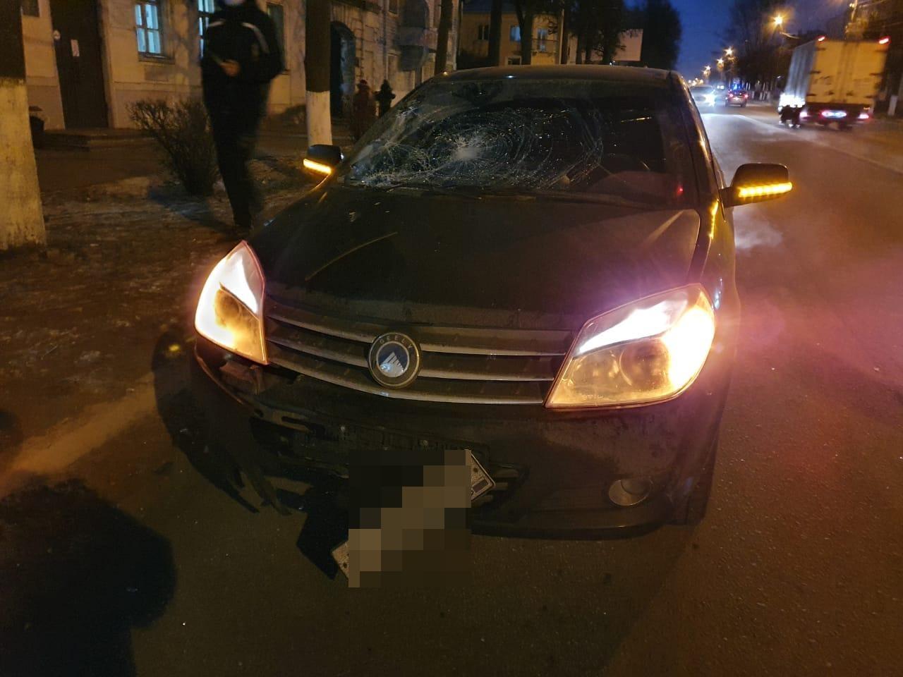 Перебегавшая дорогу пенсионерка угодила под колёса машины в Тверской области
