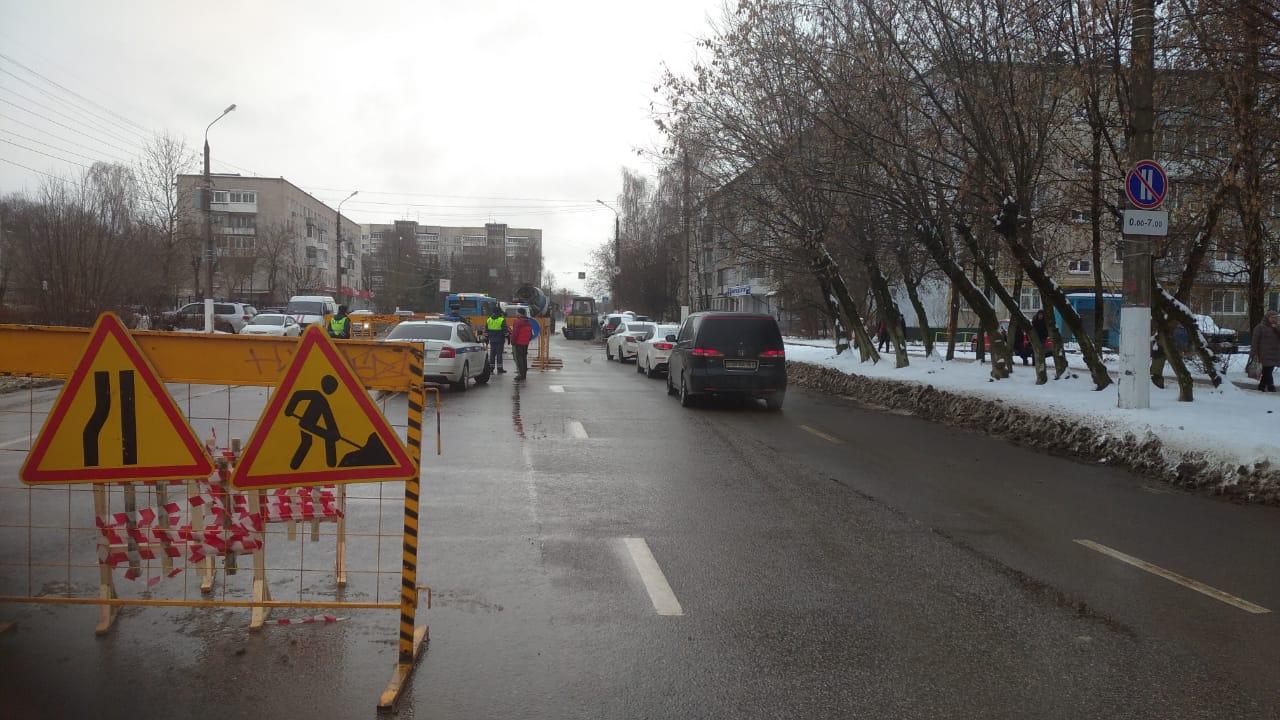 На месте провала на дороге в Твери изменили схему движения