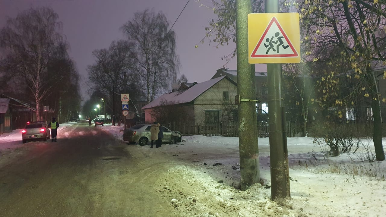 В Твери водитель не справился с управлением и врезался в столб