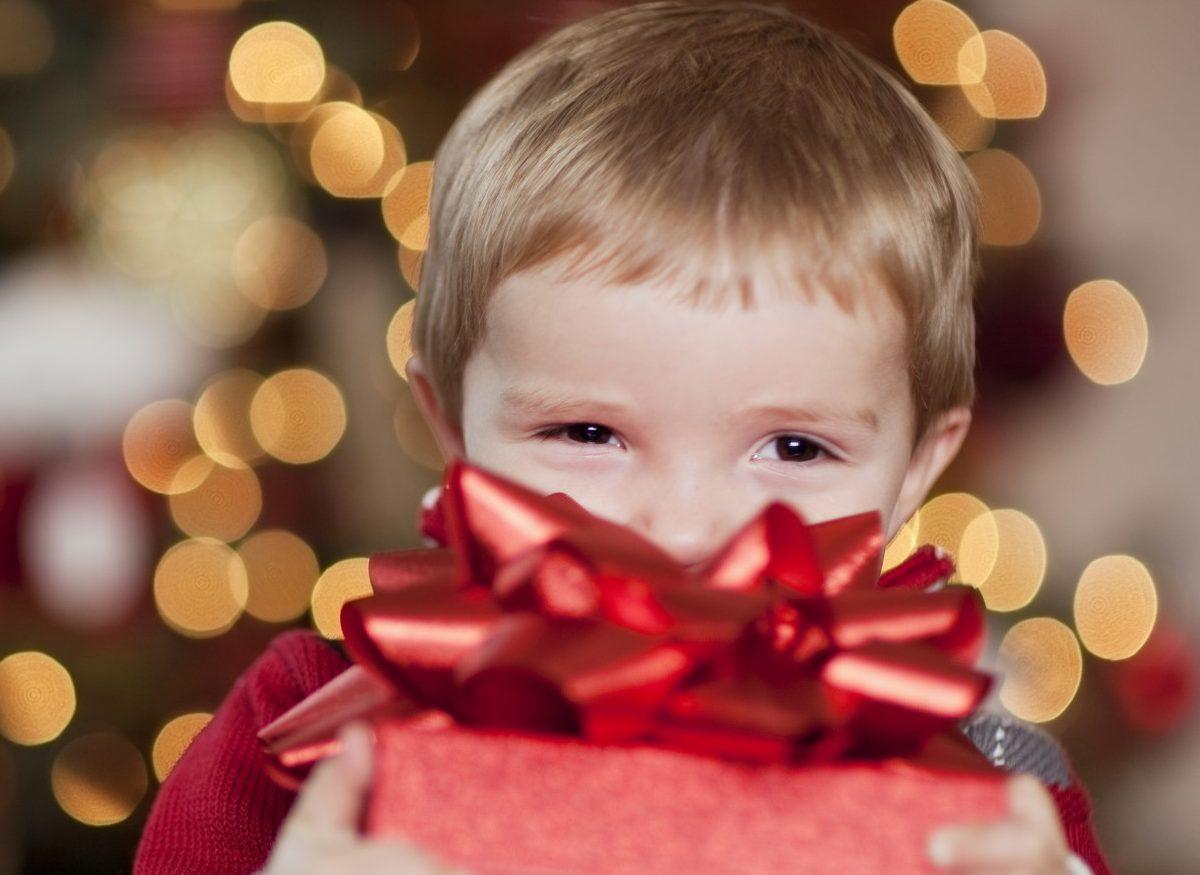 Тверитяне могут вручить подарок сиротам и больным онкологией детям
