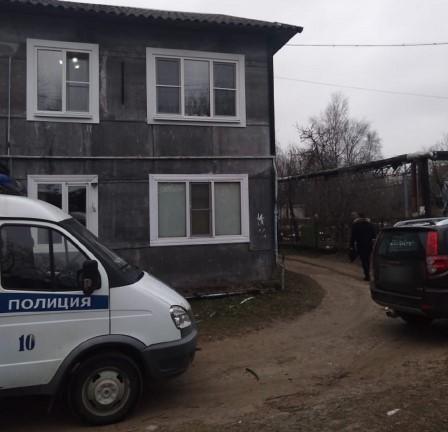 Любители выпить разобрали стену и совершили кражу в Тверской области