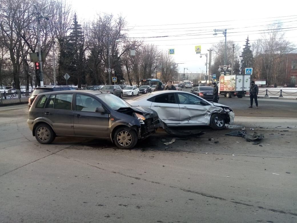 Две иномарки не поделили перекрёсток в центре Твери