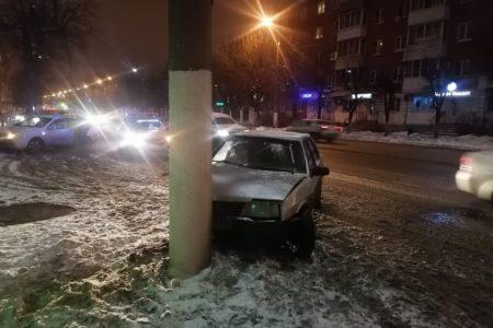 Неопытный водитель протаранил столб в Твери
