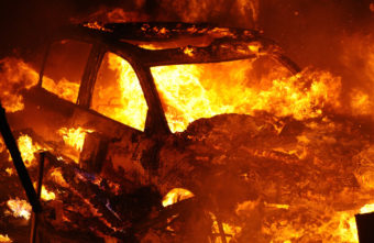 В Тверской области загорелся автомобиль, который ехал мимо вокзала