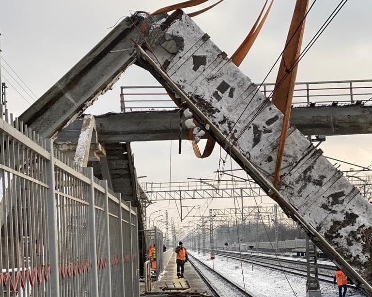 Опубликовано видео с места падения перехода, из-за которого опаздывают тверские электрички