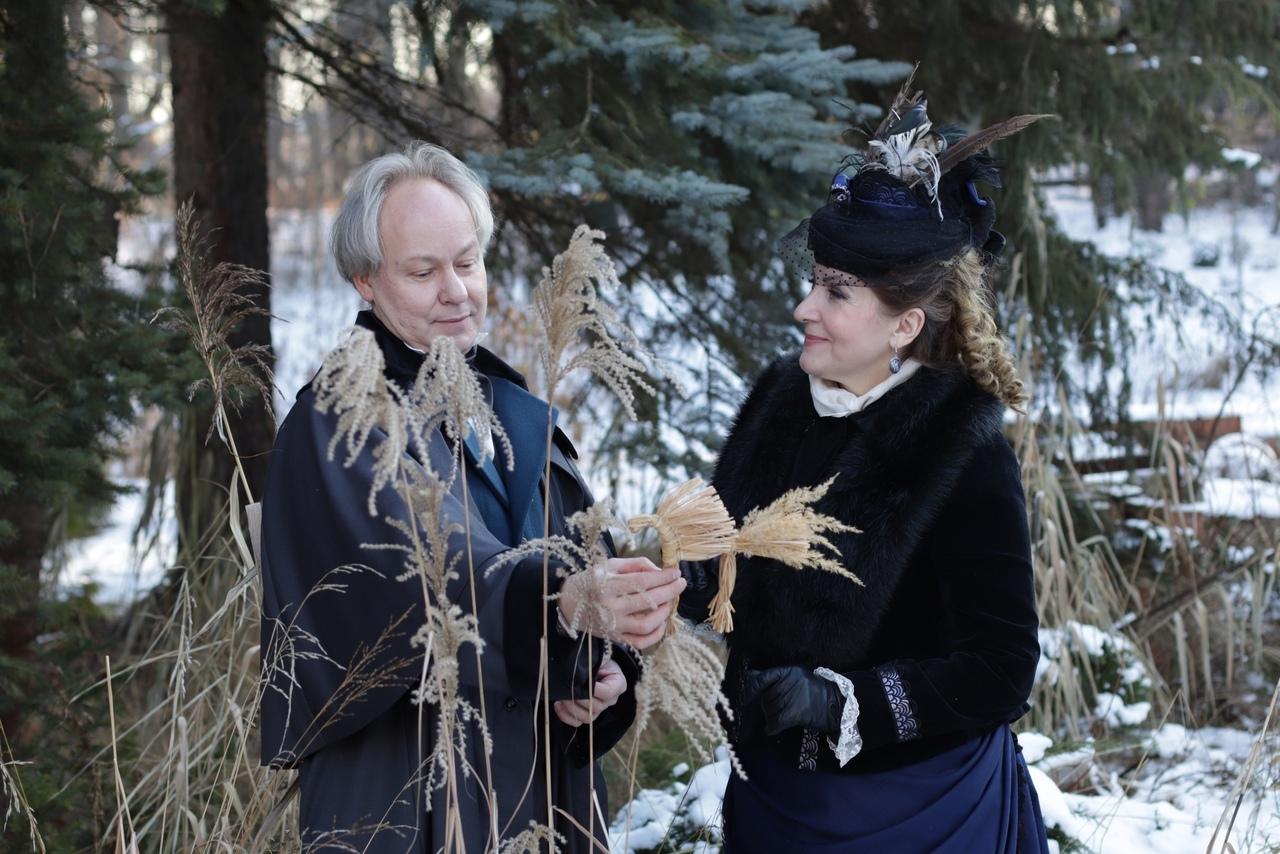 В ботаническом саду Твери гуляет известная пара с соломенным коником