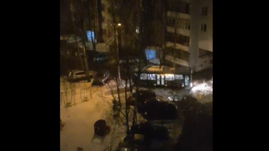 Тверской автобус в попытке объехать перекрытую улицу застрял во дворе