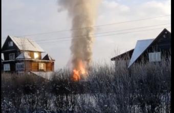 Опубликовано видео, как в Тверской области догорал жилой дом