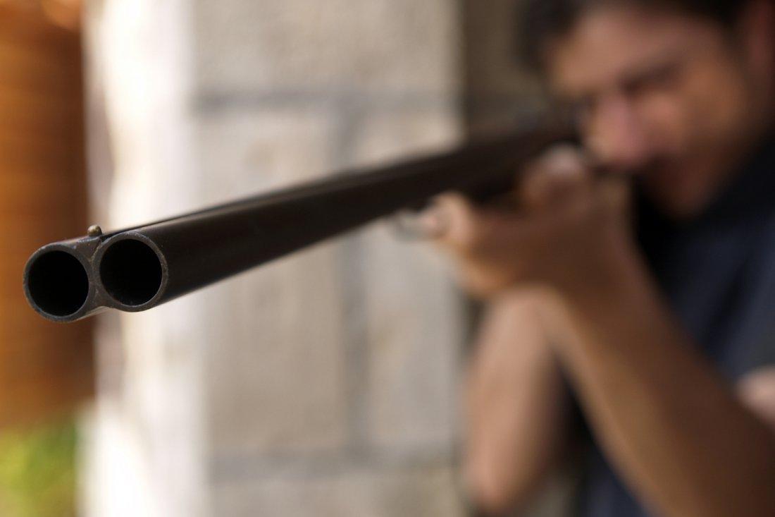 Пьяный житель Тверской области угрожал застрелить соседа