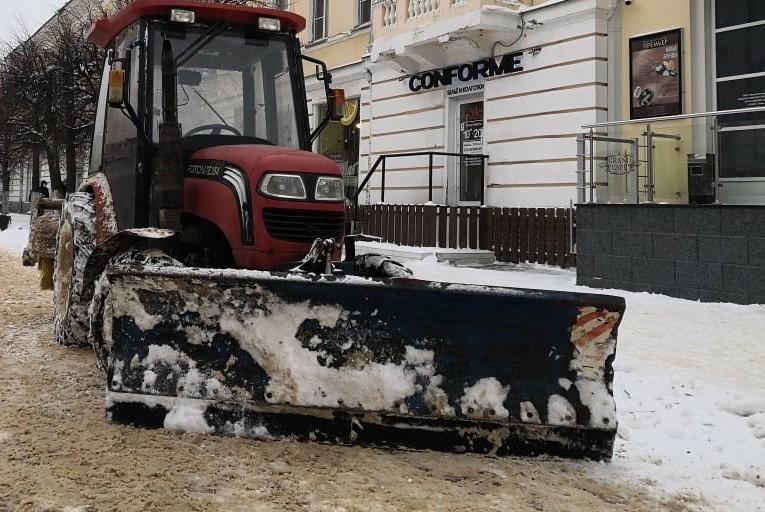 Почти 700 тонн пескосоляной смеси высыпали за ночь на улицы Твери