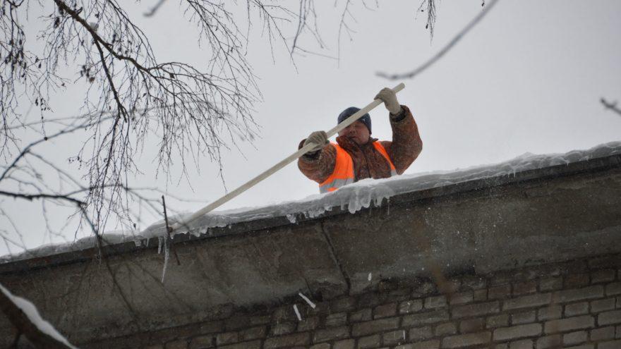 Жители Твери могут пожаловаться на сосульки на крышах домов