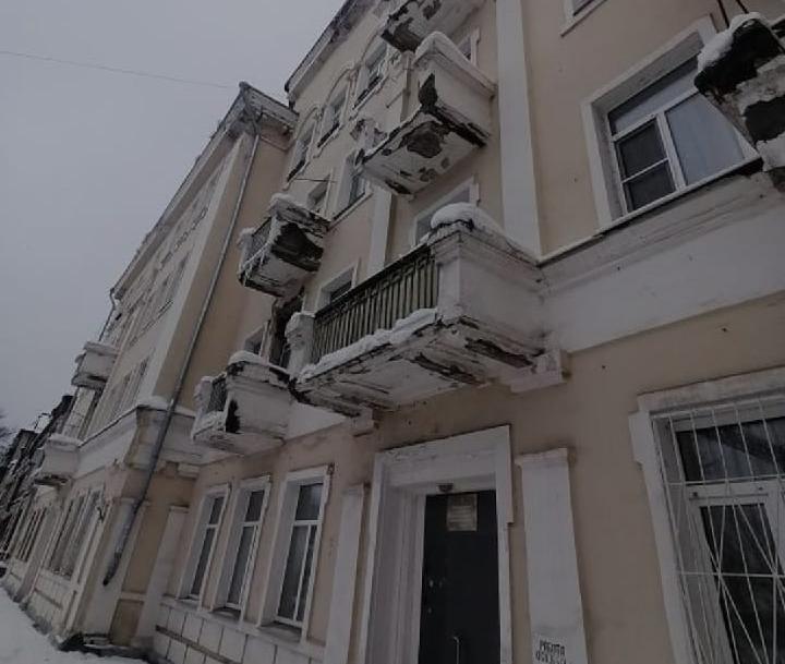 В Твери на младенца чуть не упала куча снега с крыши