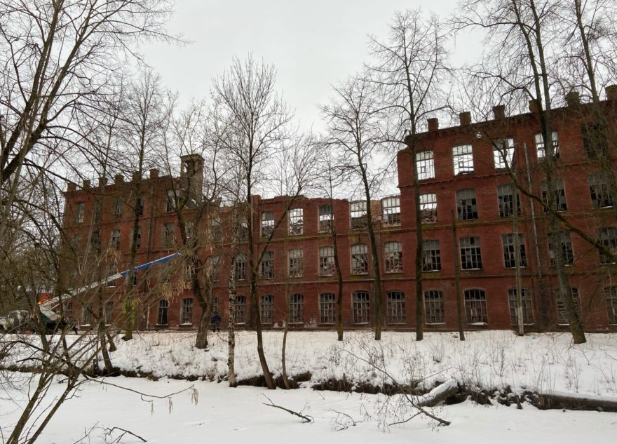Опубликован фоторепортаж с места обрушения фабричной стены в Вышнем Волочке