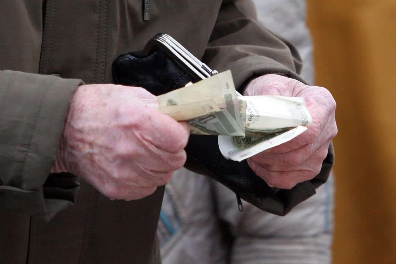 Новгородец решил потратить все деньги тверского пенсионера