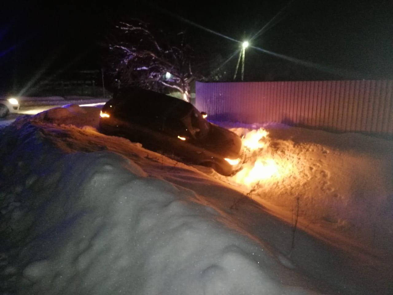 Молодая женщина получила травмы, не справившись с управлением внедорожником в Тверской области. Об этом рассказали в региональном УГИБДД. Дорожно-транспортное происшествие произошло вечером 15 января в Конаковском районе. На 2-м километре автомобильной дороги Верханово-Фролово-Коровино внедорожник Land Rover, за рулём которого была 23-летняя девушка, съехал с дороги и врезался в препятствие. В результате ДТП пострадала сама женщина-водитель.