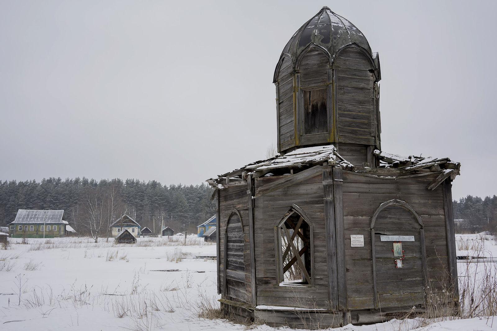 Писатель Сергей Шаргунов восстанавливает часовню XIX века в Тверской области