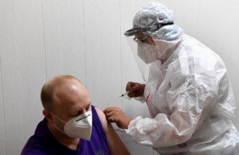 Больше 2280 жителей Тверской области укололись от коронавируса