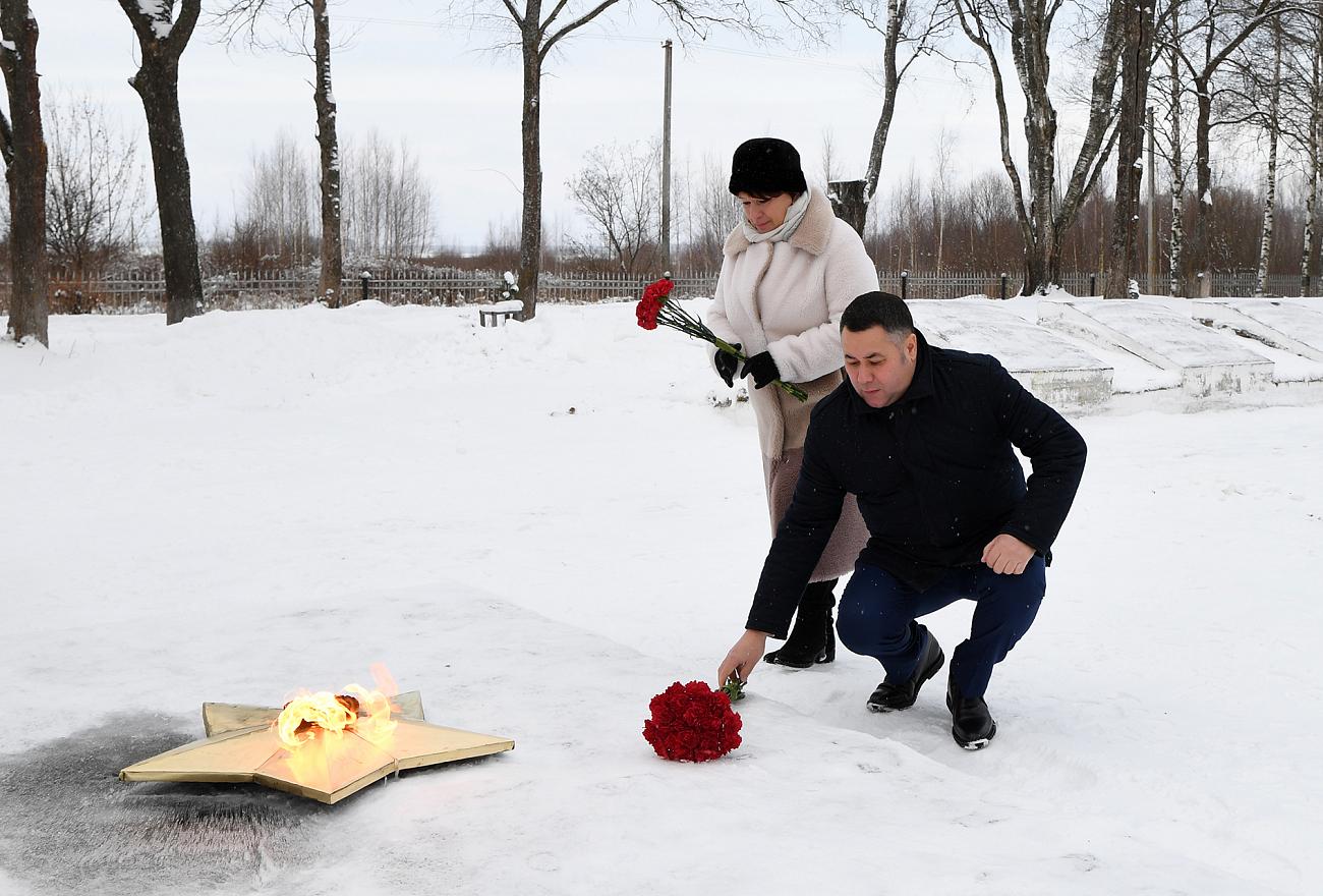 Губернатор начал свой визит в Вышний Волочек с возложения цветов