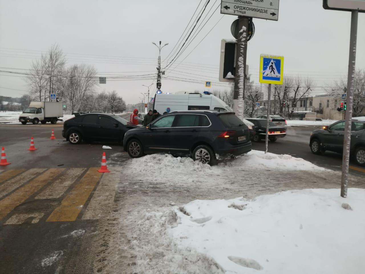 В Твери в столкновении иномарок пострадали водитель и пассажир