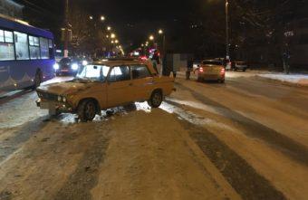 Из-за грузовика на тверском перекрёстке столкнулись две легковушки