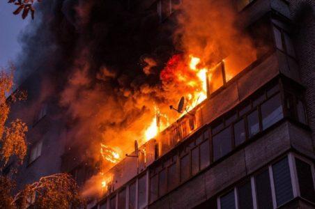В Тверской области соседи спасли женщину при пожаре в жилом доме