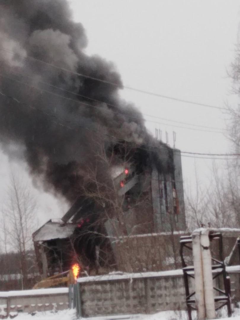 В Тверской области горит бывший бетонный завод