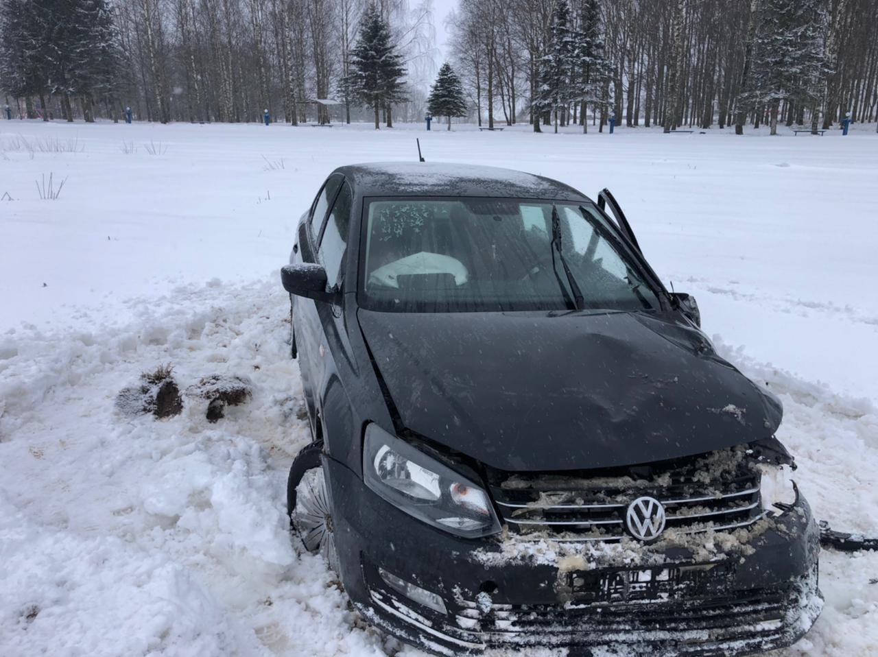 Иномарка врезалась в отбойник и улетела в кювет в Тверской области