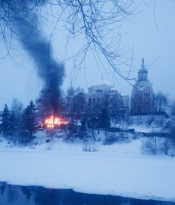 В Тверской области сгорел жилой дом возле древнего монастыря