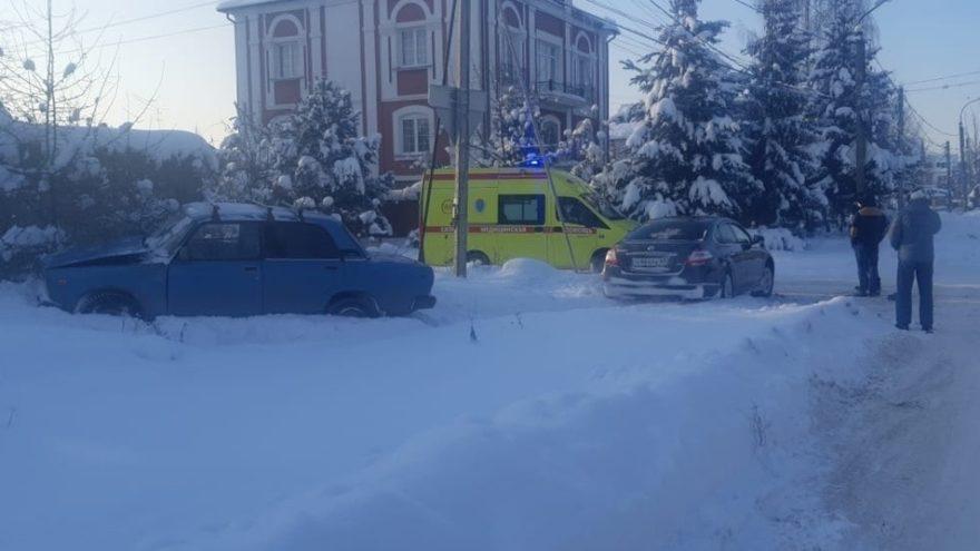Два автомобиля не поделили дорогу в Твери, есть пострадавший