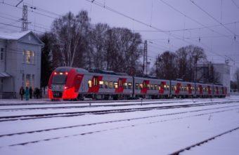 Пьяный мужчина чудом не погиб под поездом в Тверской области