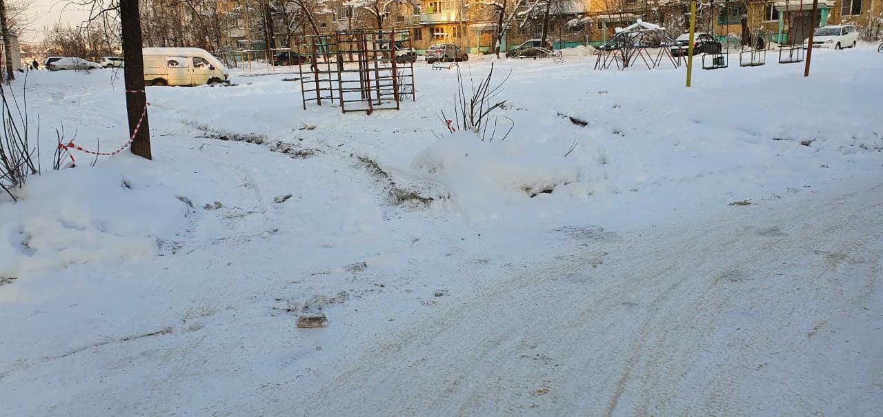 Коммунальщики устранили засор коллектора, из-за которого двор в Твери залило нечистотами