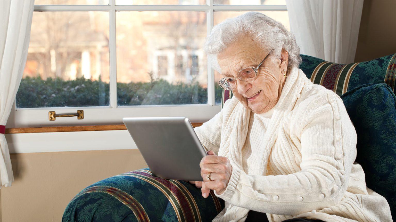 Бабушки и дедушки Тверской области осваивают планшеты и смартфоны