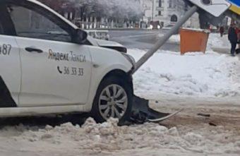 В Твери таксист врезался в дорожный знак