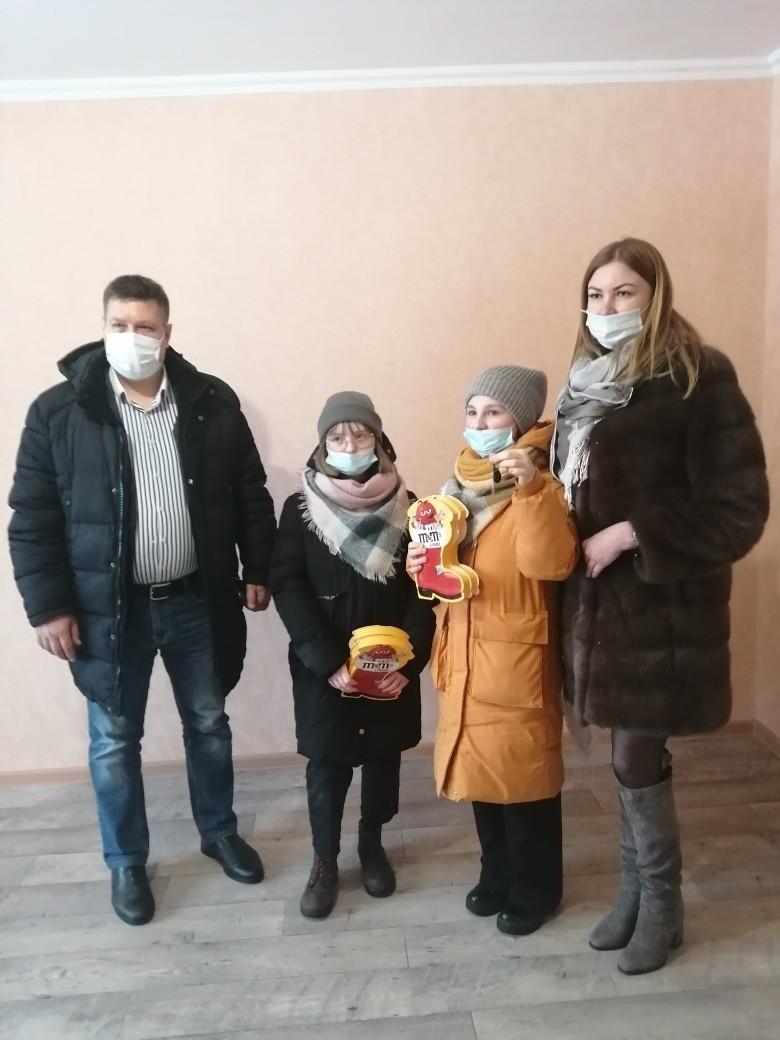 Многодетная семья из Тверской области получила в подарок ключи от квартиры