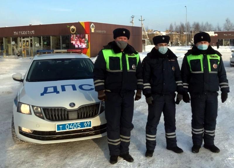 Сотрудники ДПС помогли предотвратить пожар на заправке в Тверской области